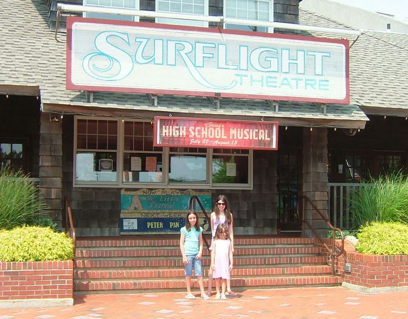 Girls-in-front-of-surflight